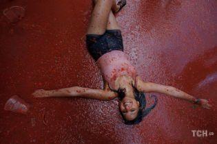 Ожесточенные бои и помидорные реки. В Испании стартовал феерический фестиваль Томатина