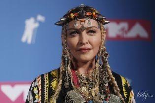 В экстравагантном головном уборе и ярких туфлях: необычный образ Мадонны на музыкальной премии