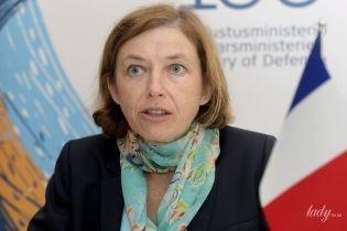 В брючном костюме и с платком с цветочным принтом: деловой образ министра обороны Франции