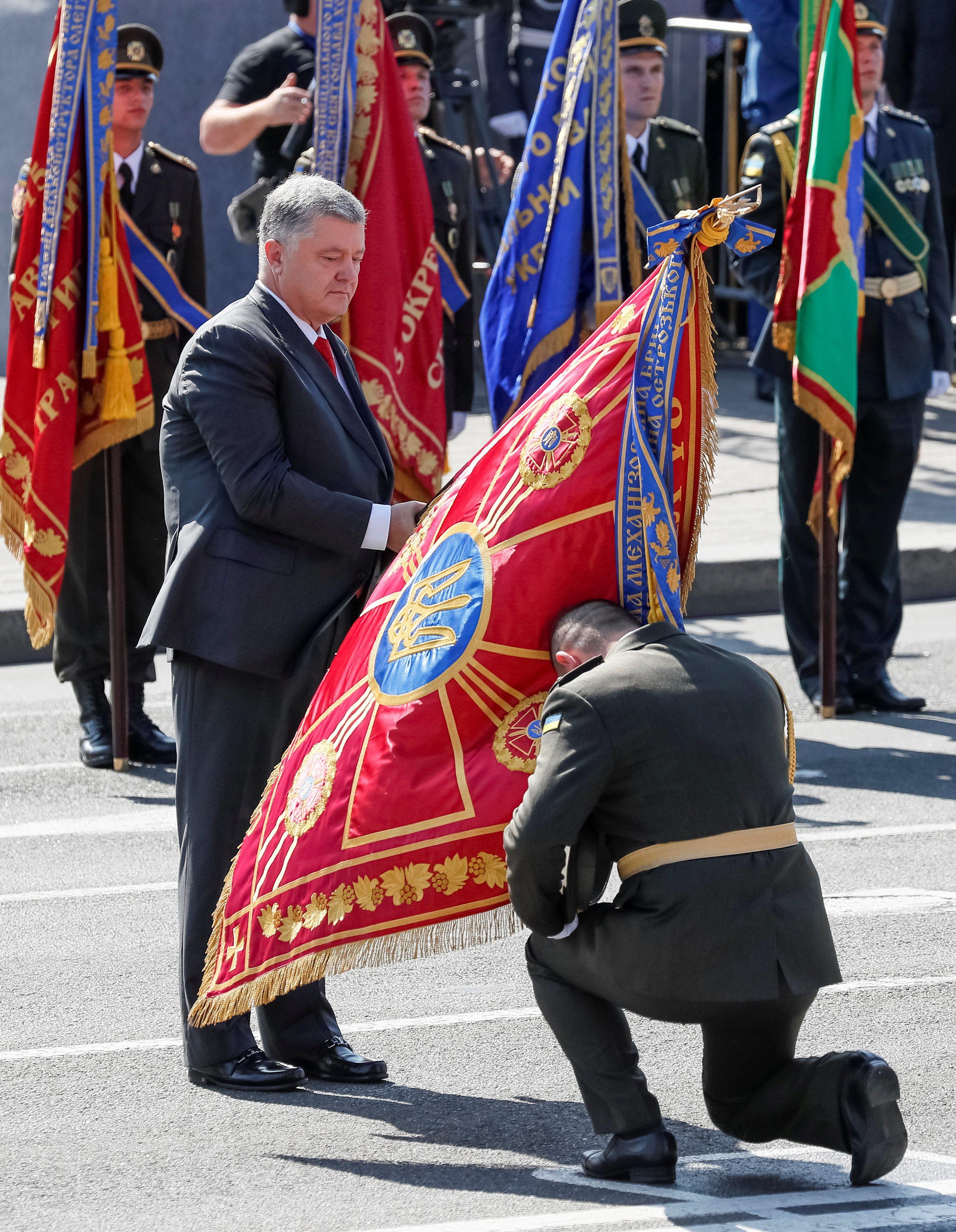 День Незалежності, Петро Порошенко, передача бойових стягів, прапорів