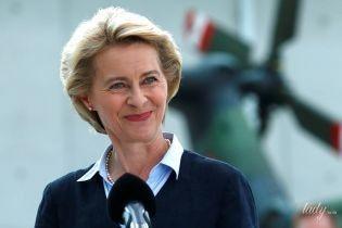 С жемчужными украшениями и розовой помадой: деловой образ министра обороны Германии
