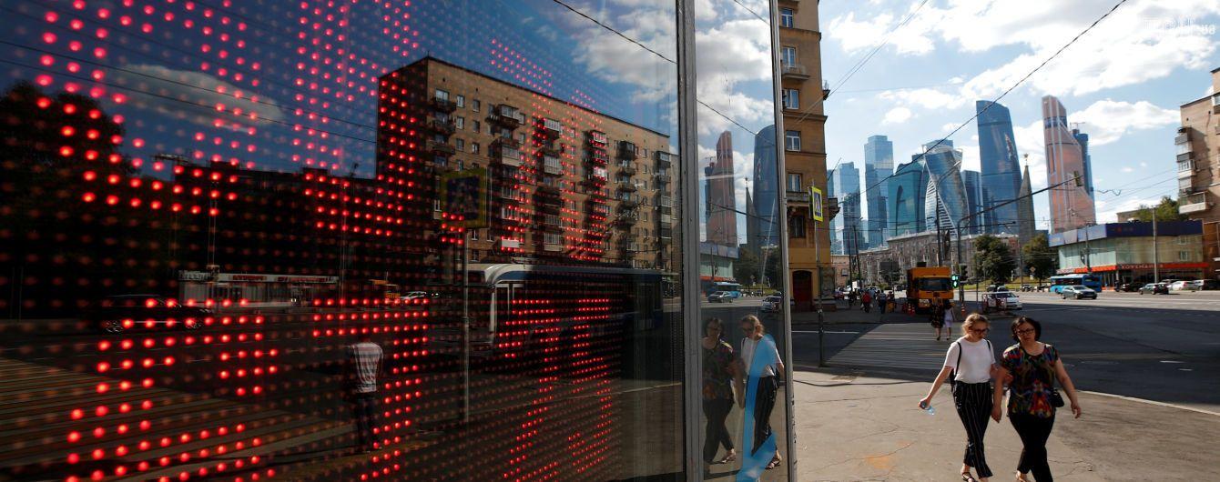 Росіяни готуються до падіння курсу рубля через ціни на нафту
