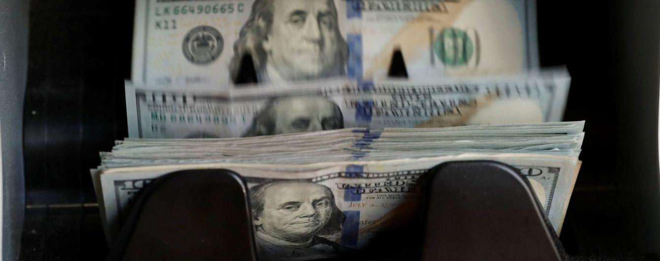 Долар здешевшав, а євро здорожчав у курсах валют Нацбанку. Інфографіка