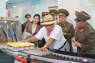 Широкополая шляпа и простая футболка: Ким Чен Ын устроил проверку фабрики в КНДР