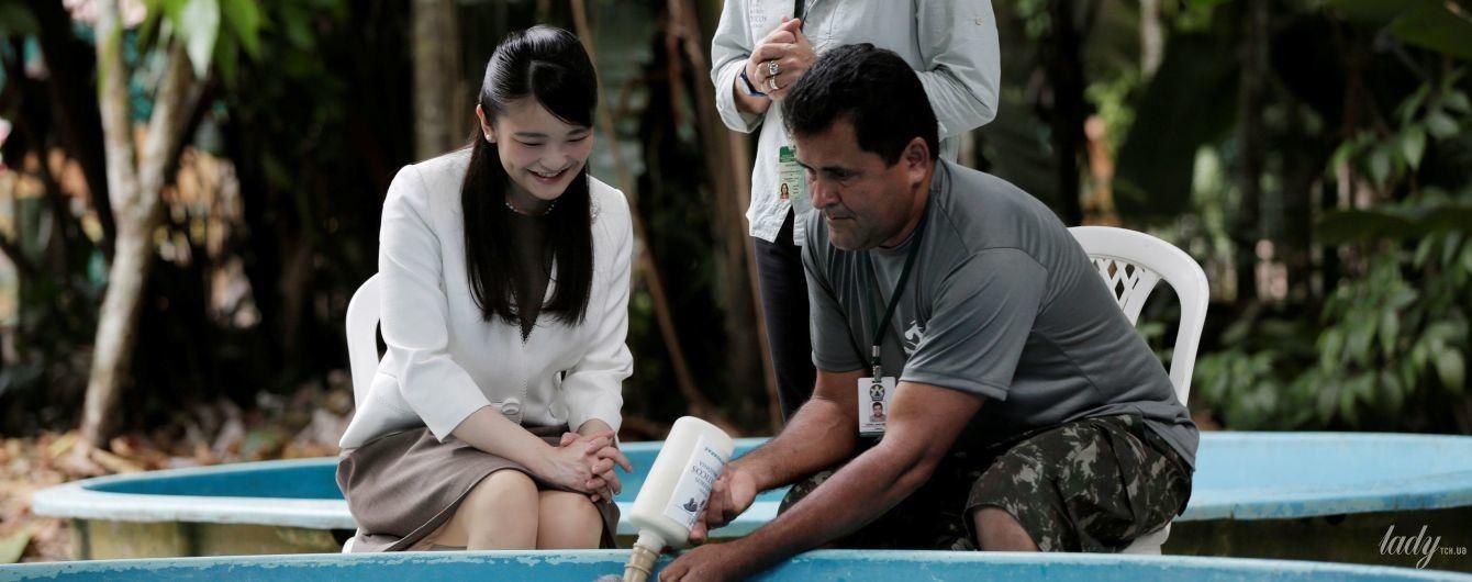 У білому жакеті і з перловими прикрасами: японська принцеса Мако погодувала дитинча ламантина