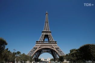 Эйфелеву башню вновь открыли для туристов