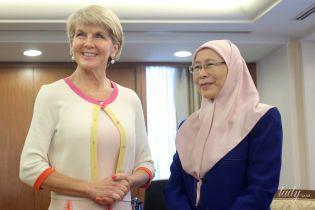 У строкатій сукні і з перловими прикрасами: міністр закордонних справ Австралії на діловій зустрічі