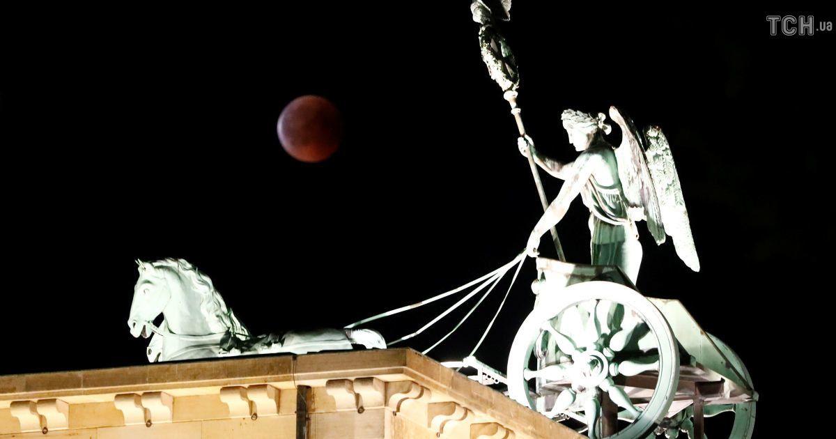 """""""Кривава Повня"""": як світ пережив найтриваліше місячне затемнення ХХІ століття"""