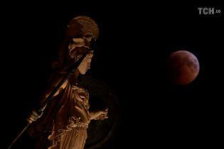 """""""Криваве"""" місячне затемнення та замах на Патріарха Філарета. П'ять новин, які ви могли проспати"""