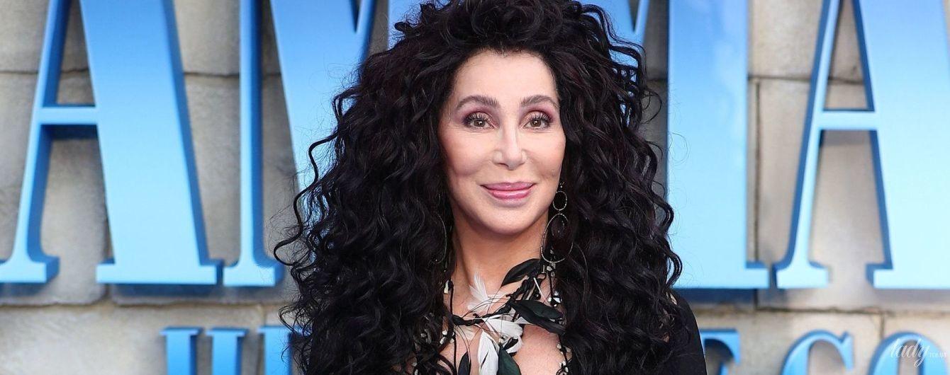 Сміливий образ: 72-річна співачка Шер прийшла на прем'єру фільму в прозорому бюстьє