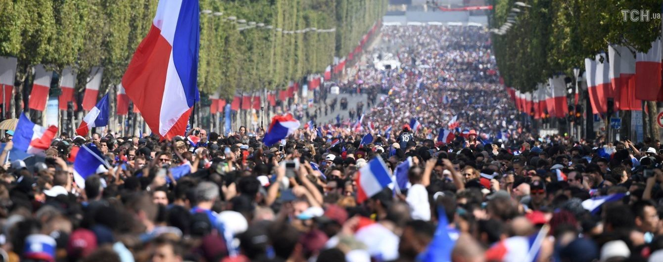 Чемпіонський парад. На Єлисейських Полях зібралися тисячі фанатів, щоб зустріти збірну Франції