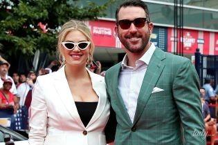 У білому костюмі та на шпильках: вагітна Кейт Аптон вийшла з чоловіком на червону доріжку