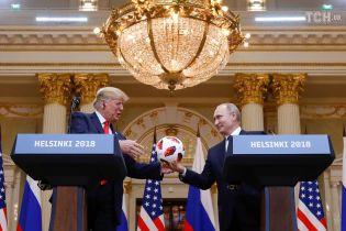 """В мяче, который Путин подарил Трампу, может находиться """"жучок"""" - Bloomberg"""