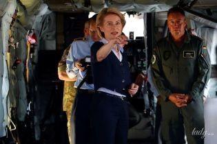 В голубой рубашке и с жемчужным ожерельем: министр обороны Германии посетила авиабазу