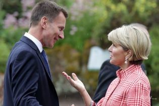 Міністр закордонних справ Австралії прийшла на зустріч у пальті в клітинку і красивих сережках