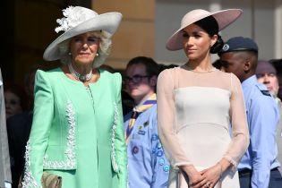 Герцогиня Сассекская Меган и герцогиня Корнуольская Камилла носят похожие украшения