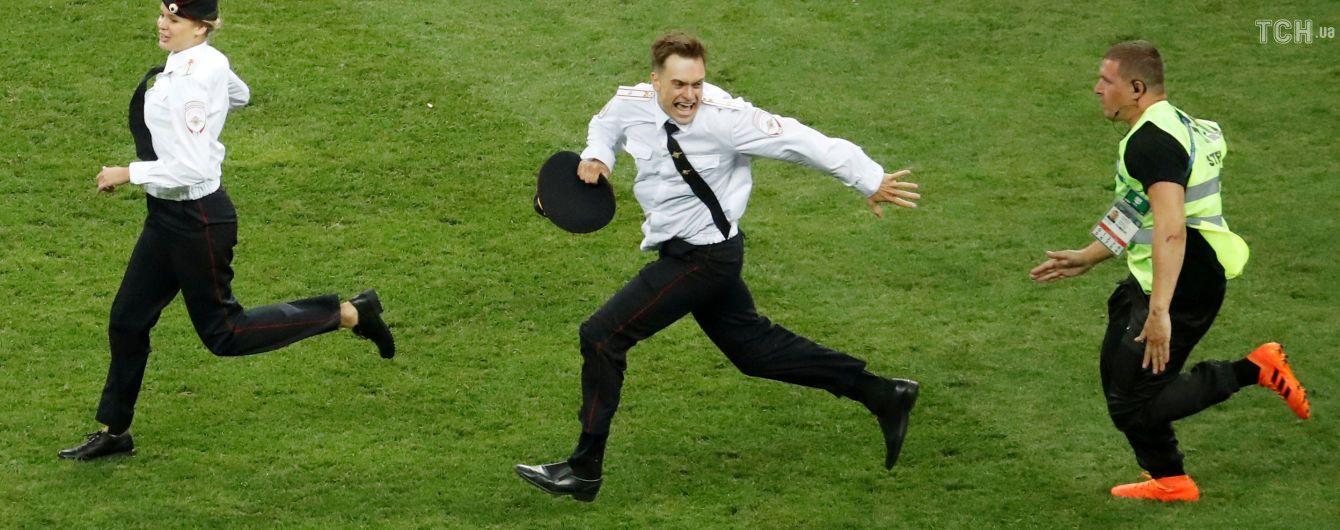 В России вероятно отравили участника Pussy Riot, который выбежал на поле в финале ЧМ по футболу