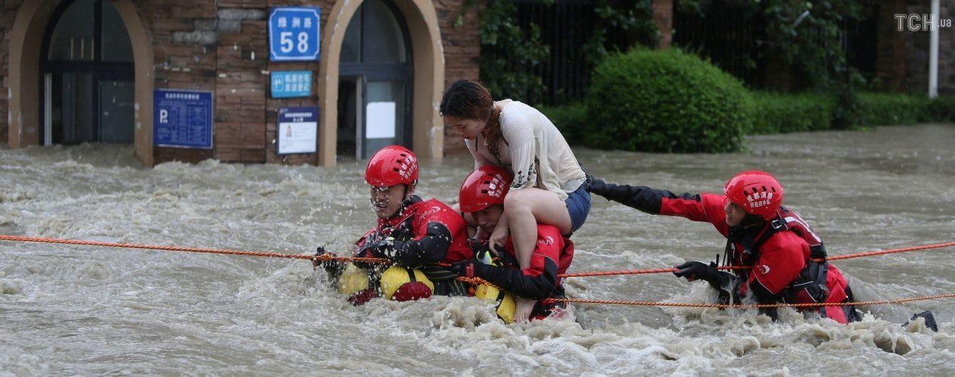 Китай в плену стихии: наводнение рушит мосты, блокирует дороги и вынуждает тысячи людей покидать дома