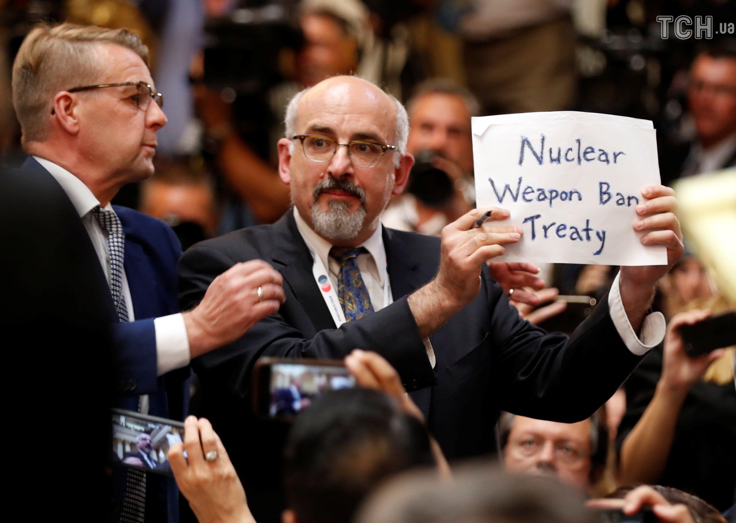 З прес-конферерція Трампа-Путіна вивели активіста з плакатом_8