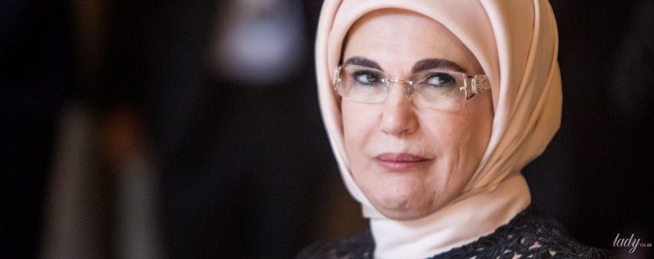 Брюки-палаццо, хиджаб и туфли на платформе: стиль первой леди Турции Эмине Эрдоган на саммите НАТО