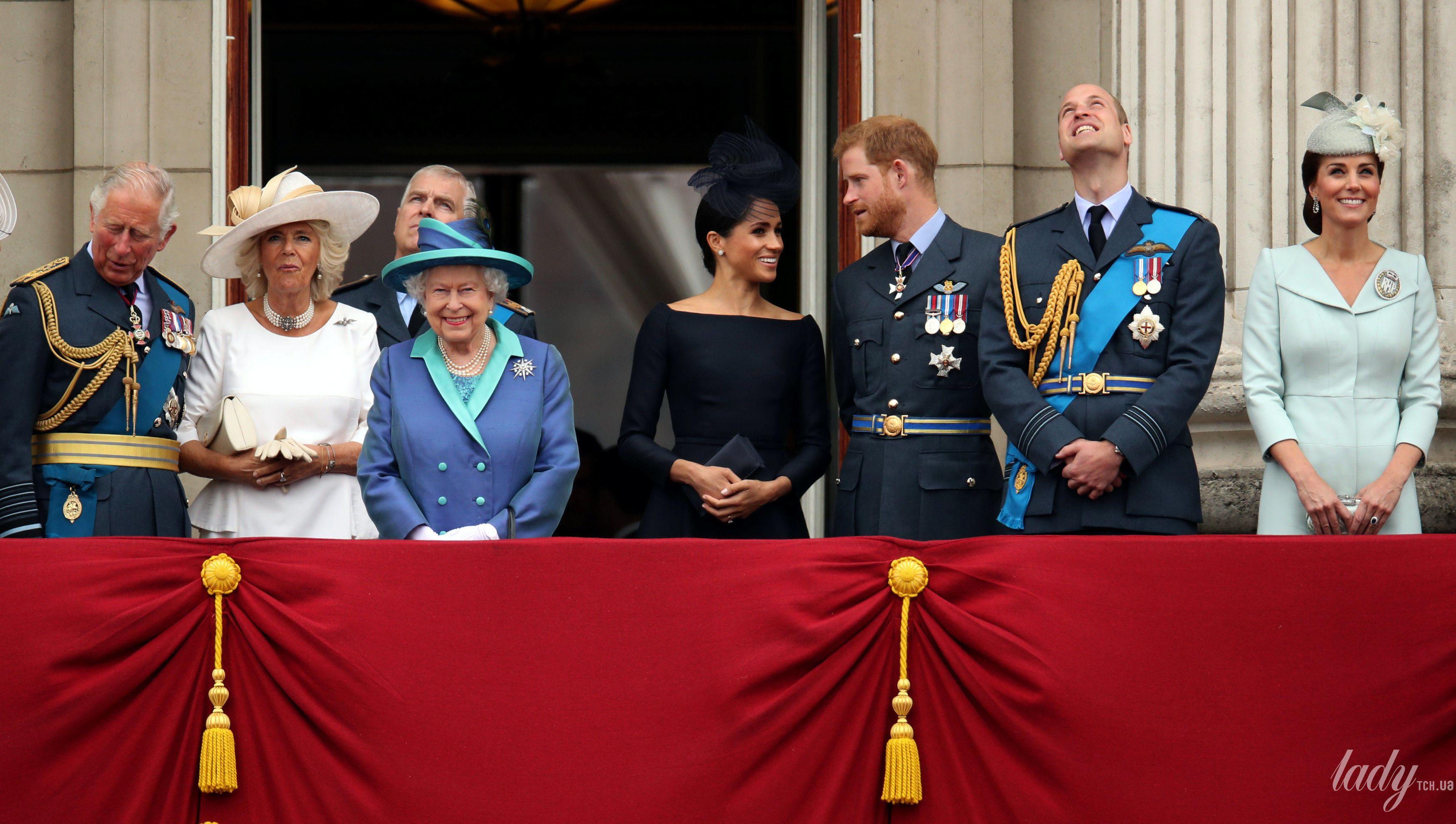 Британская королевская семья на балконе Букингемского дворца_6