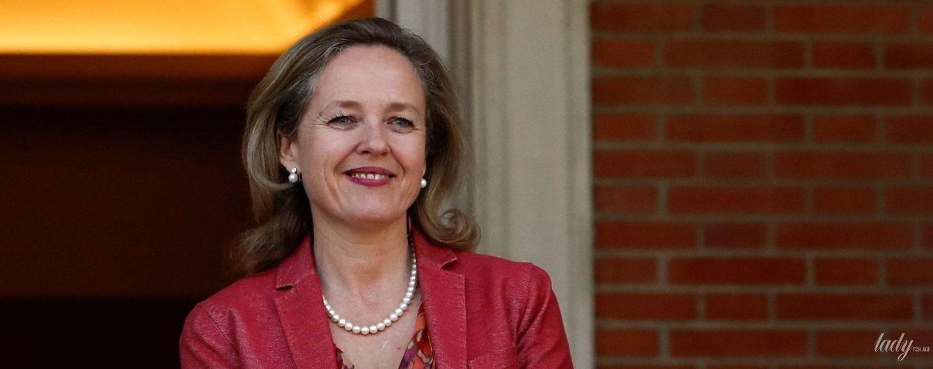 В блузке с рюшами и с жемчужными украшениями: деловой образ министра экономики Испании