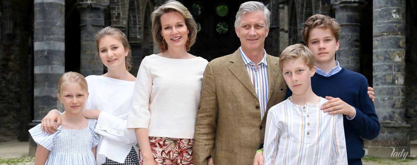Бельгийская королевская семья на отдыхе: королева Матильда продемонстрировала стильный летний образ