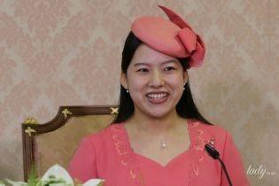 Японская принцесса Аяко в персиковом платье и шляпке предстала на пресс-конференции
