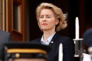 Министр обороны Германии Урсула фон дер Ляйен прибыла на встречу в строгом образе