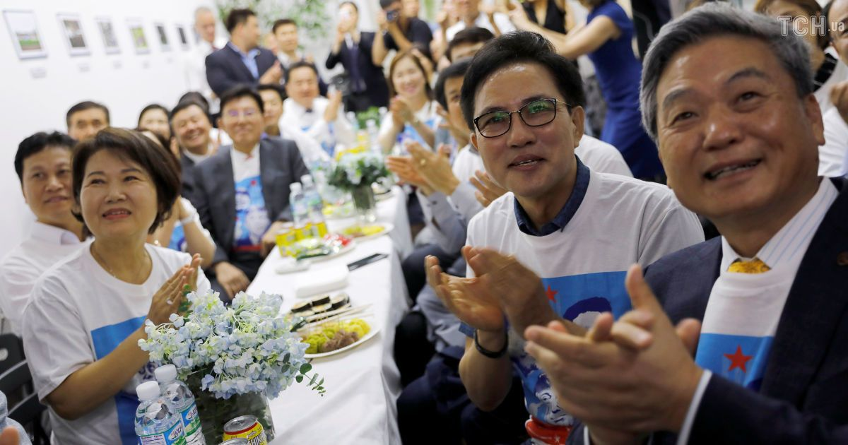 Аплодисменты и волнение: как отреагировали рядовые зрители на встречу лидеров США и КНДР