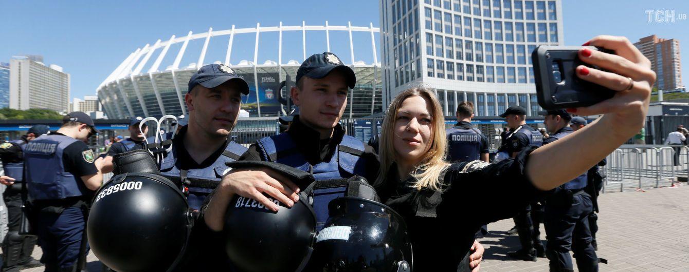 """Полиция задержала возле """"Олимпийского"""" 18 человек, которые скандировали """"Динамо! Динамо!"""""""