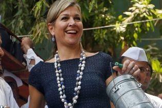 В синем платье и с красивым ожерельем: королева Максима на встрече с местными жителями Мумбая