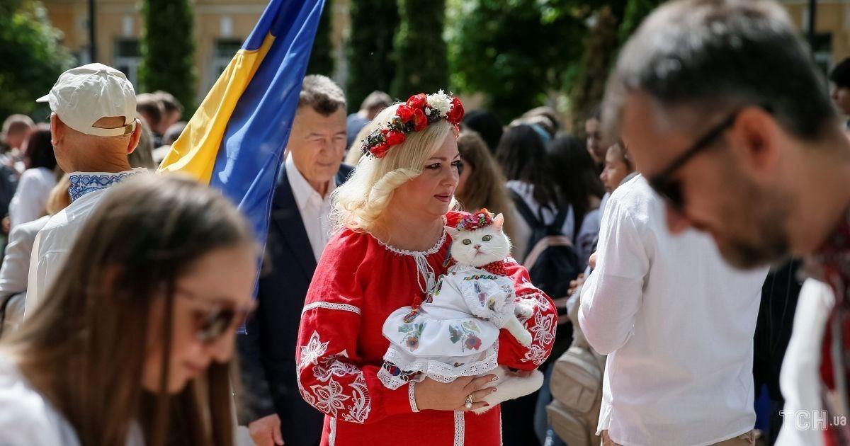 Щирі усмішки і ошатно вбрані котики. У Києві відбувся яскравий Мегамарш  вишиванок bed34314afc80