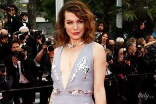 В платье Prada с V-образным декольте: Мила Йовович приехала в Канны
