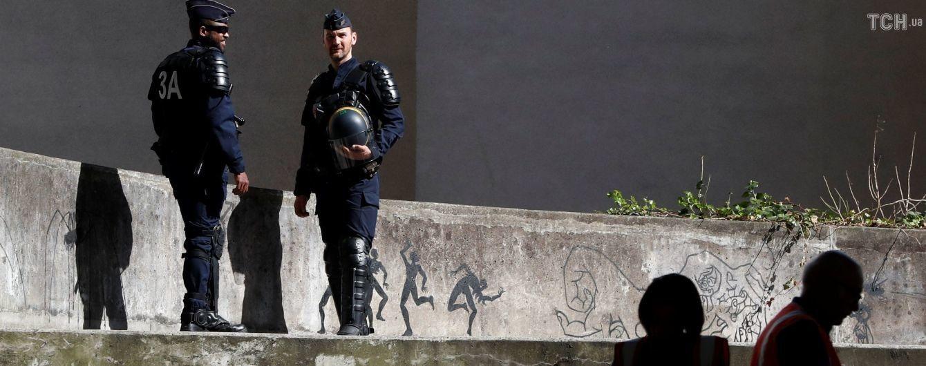 В Париже вооруженный ножом мужчина напал на прохожих, есть жертвы