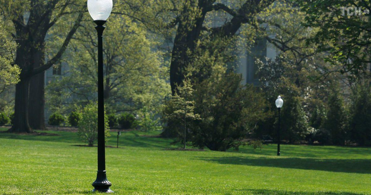 С лужайки у Белого дома в Вашингтоне исчез дуб, который посадили Макрон и Трамп. @ Reuters