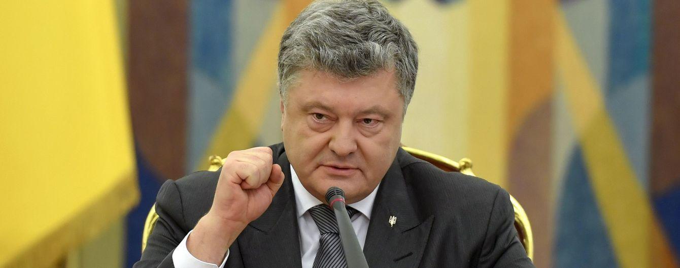 Порошенко ввел в действие решение СНБО о введении военного положения