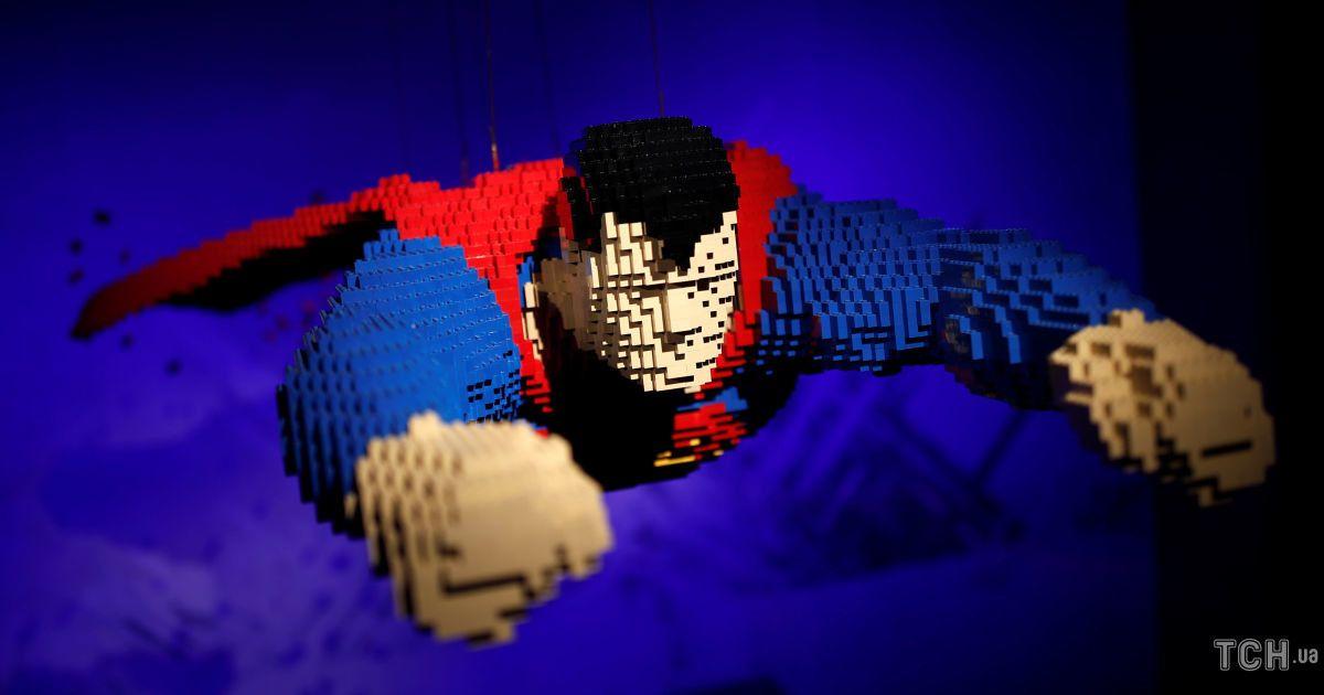 Посмішка Джокера і політ Супермена. Героїв коміксів склали з Lego у натуральну величину