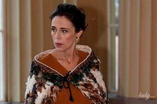 В накидке с перьями и с бокалом: беременная премьер-министр Новой Зеландии на приеме