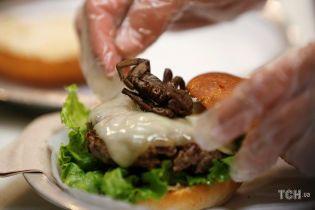 У Німеччині та США поціновувачів екзотичної кухні нагодували апетитними бургерами з комахами
