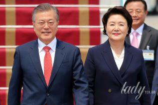 В строгом костюме и с алой помадой: первая леди Республики Кореи во Вьетнаме