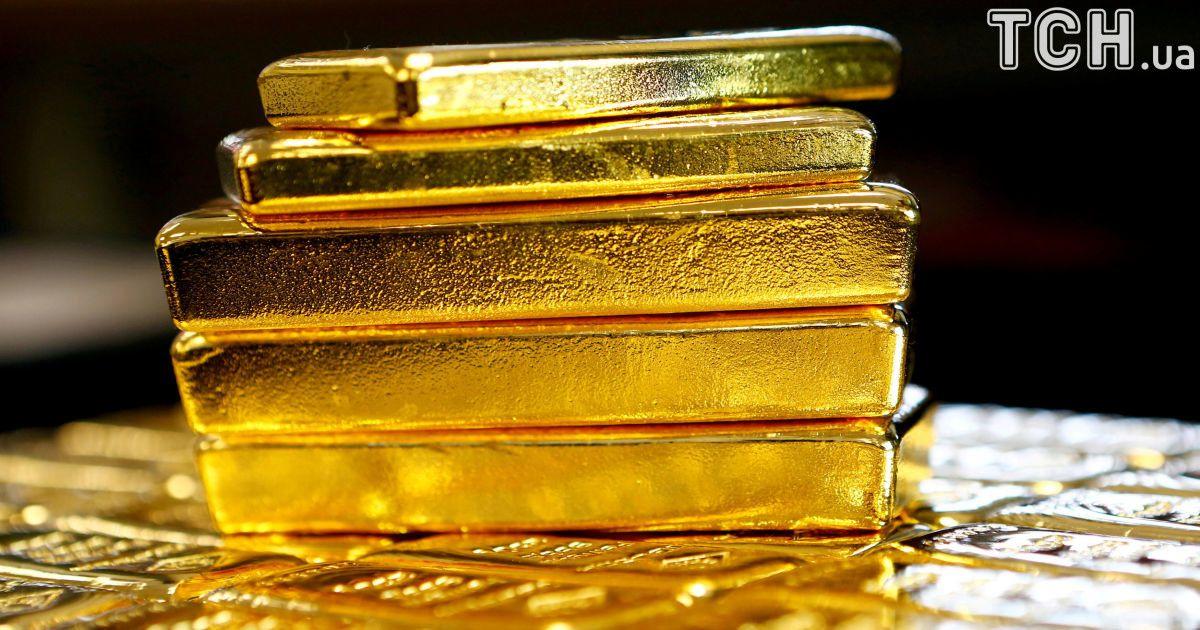 В России самолет не смог улететь из-за золотых слитков, которые пробили его дно