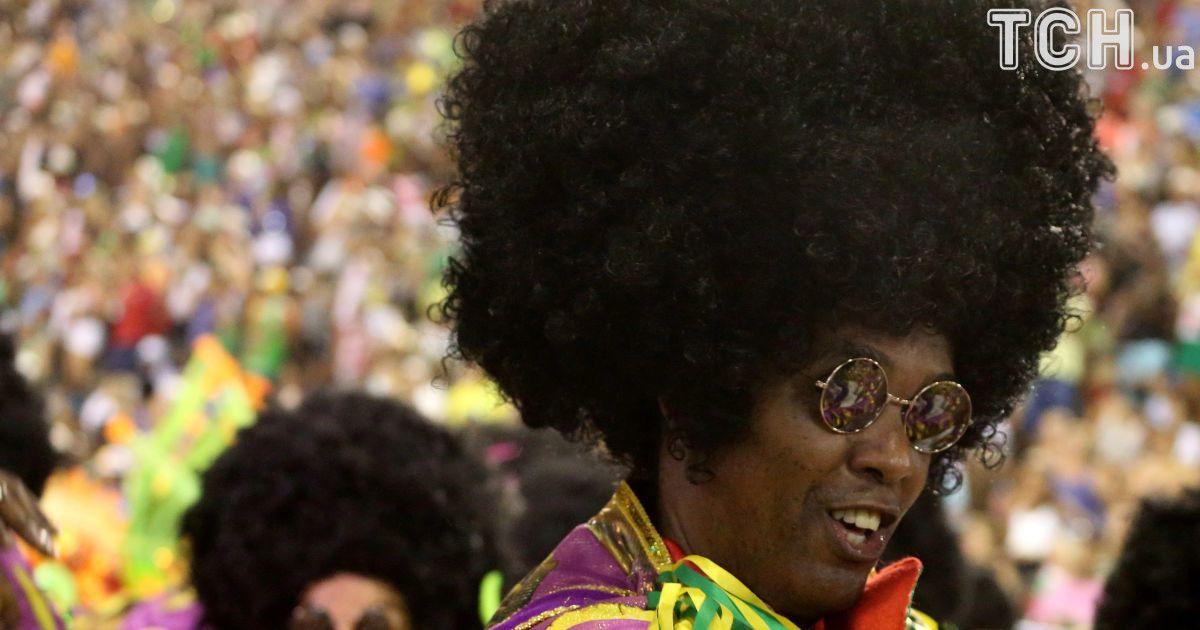 """Відверті костюми та """"брудні"""" танці: у Ріо-де-Жанейро триває битва шкіл самби"""