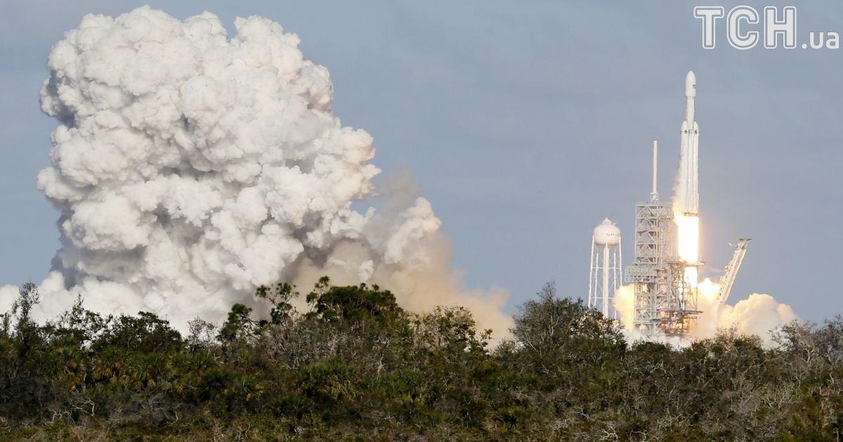 SpaceX запустила ракету Falcon Heavy із особистим автомобілем Маска