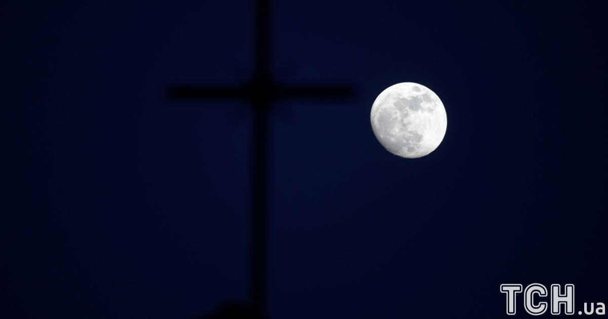 Супермісяць над хрестом церкви в Сьєро, Іспанія.