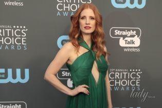В красивом платье с акцентом на декольте: нежный образ Джессики Честейн
