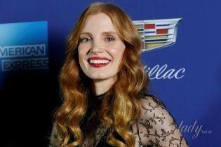 В платье с разрезом и с красной помадой: элегантная Джессика Честейн на кинофестивале в Палм-Спрингс