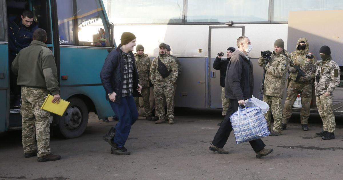 """Звільнені з полону бойовиків """"ЛНР"""" українці. @ Reuters"""