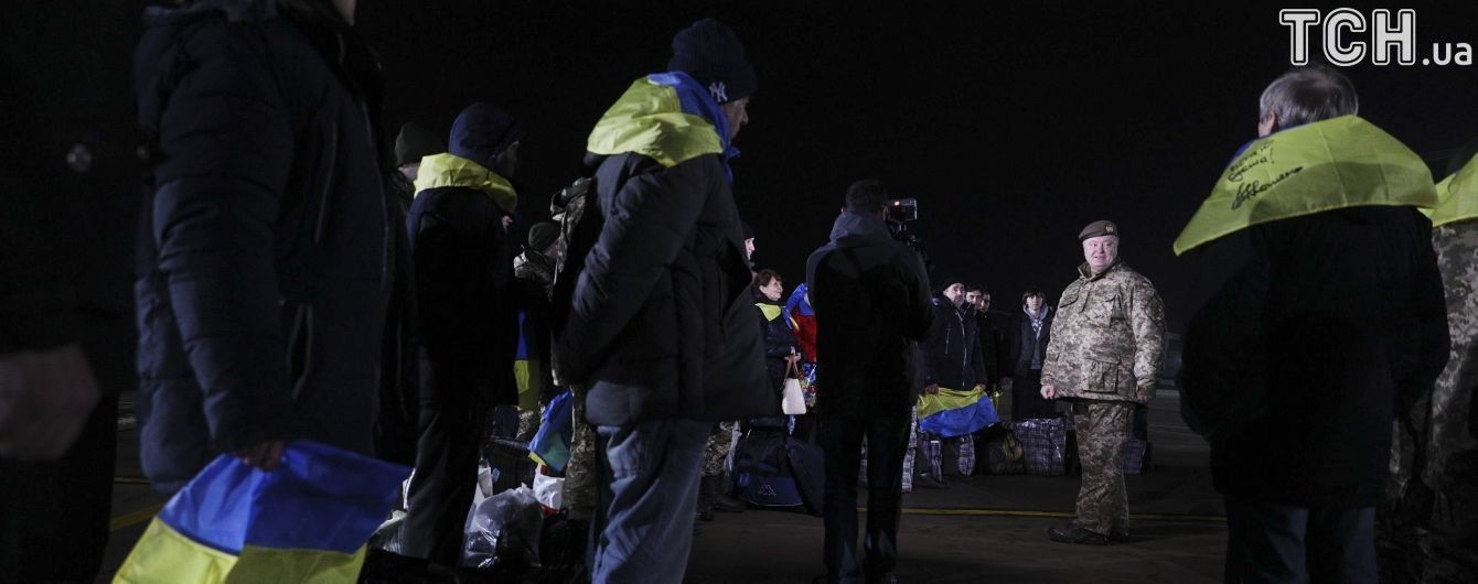 Заручники на Донбасі примудрялися дивитися канал 1+1 під носом в охоронців