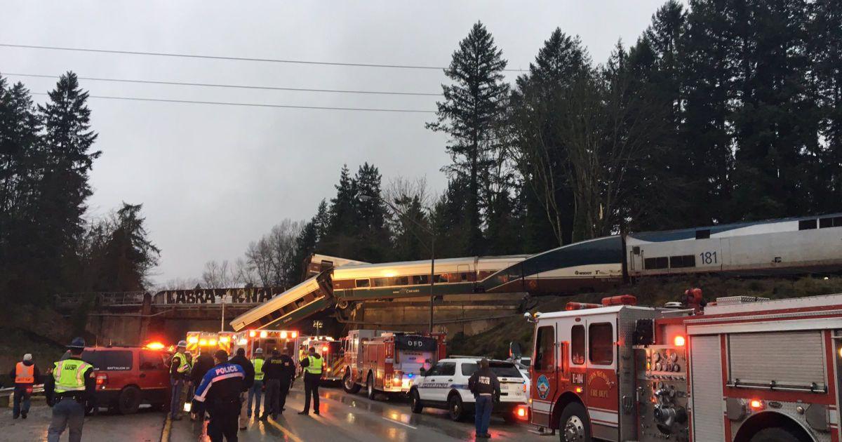 По меньшей мере шесть человек погибли после схода поезда с рельсов в США